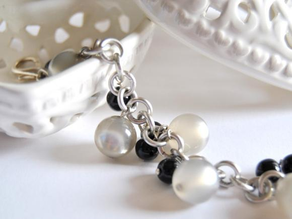 Bracelet with grey and black beads